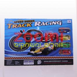 מכוניות מרוץ Formula 1 במסלול עם 2 שלטים